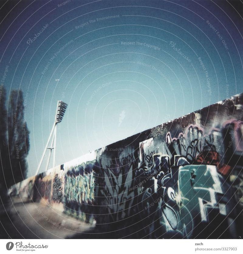 Licht und Linien Himmel Stadt Stadtrand Lampe Straßenbeleuchtung Flutlicht Stadion Mauer Wand Fassade Graffiti Straßenkunst analog Dia Cross Processing