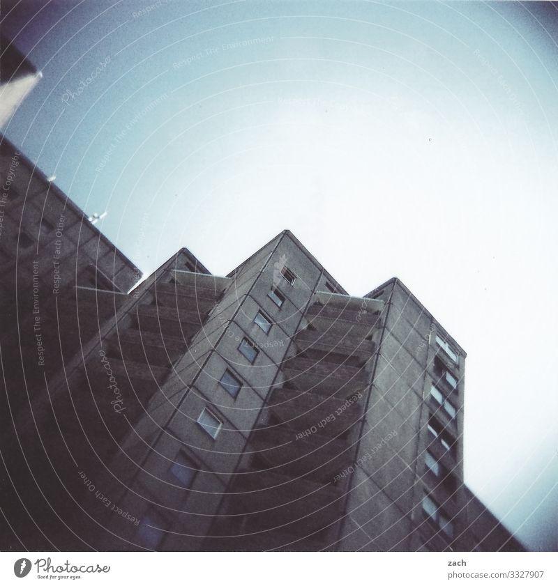 Plattenbauidylle Himmel Schönes Wetter Berlin Stadt Hauptstadt Stadtrand überbevölkert Haus Hochhaus Gebäude Mauer Wand Fassade Fenster Häusliches Leben grau