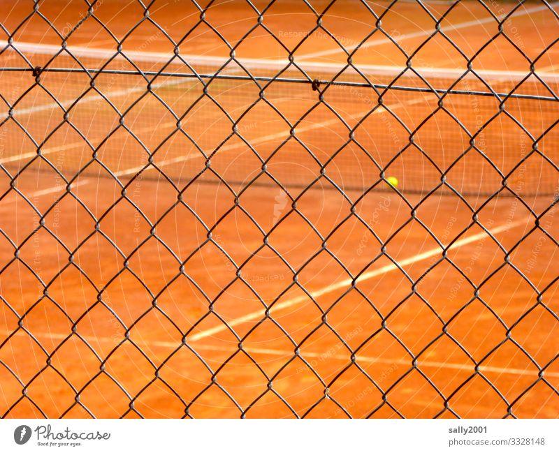 Tennisplatz von außen... Tennisball Sandplatz Tennisspiel rot gelb Maschendrahtzaun Absperrung Sicherheit verboten draußen Absicherung Schutz Sport spielen