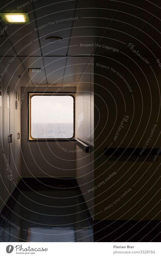 Fenster zum Meer Wasser Horizont Schifffahrt Kreuzfahrt Bewegung entdecken fahren Blick schaukeln dunkel maritim Vorfreude Gelassenheit ruhig Neugier