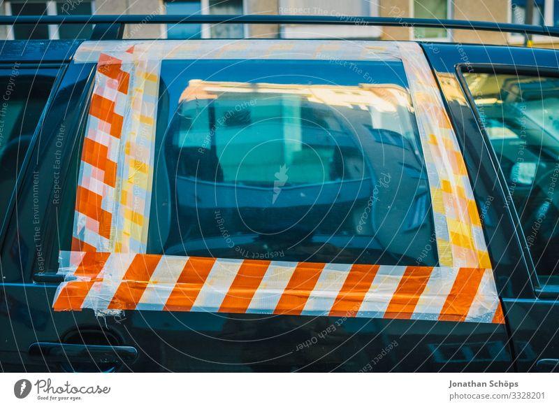 Autofenster mit Absperrband geklebt Stadt Verkehr Verkehrsmittel Personenverkehr Autofahren Straße Fahrzeug PKW Wut Zerstörung Unfall Warnung kleben rot weiß