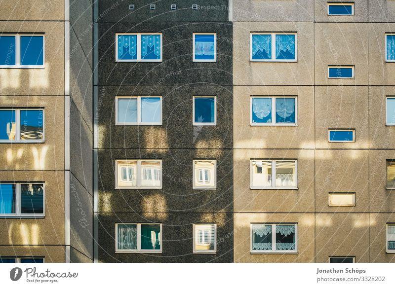 Lichtreflexionen am Plattenbau I Stadt Stadtzentrum Stadtrand bevölkert überbevölkert Haus Bauwerk Gebäude Architektur Fassade ästhetisch Reflexion & Spiegelung