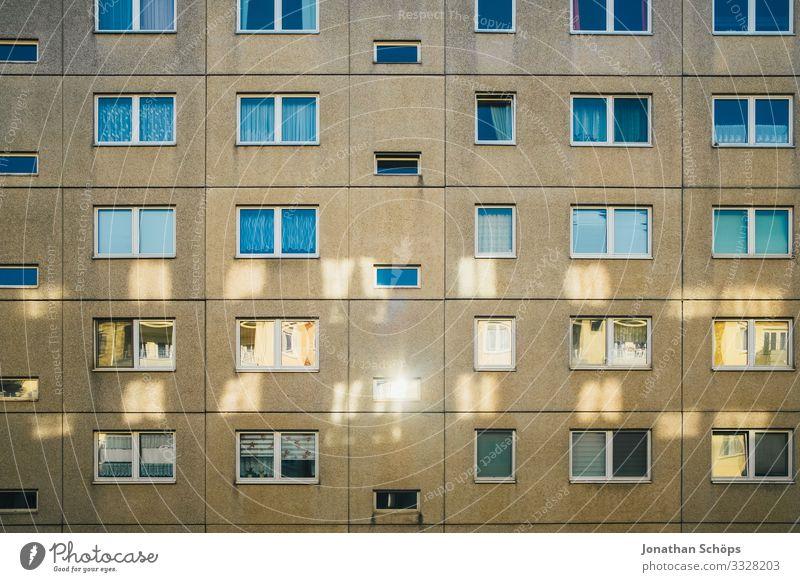 Lichtreflexionen am Plattenbau II Haus Stadt Stadtzentrum Stadtrand bevölkert überbevölkert Bauwerk Gebäude Architektur Fassade ästhetisch einfach Billig Block