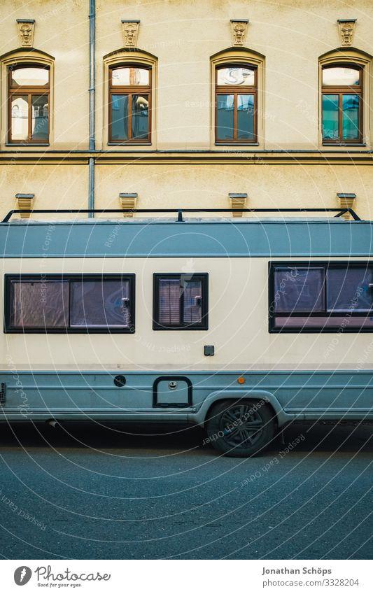 Wohnwagen in der Stadt Stadtrand Haus Fassade Verkehr Personenverkehr Autofahren Straße Fahrzeug Wohnmobil Lebensfreude Freiheit Freizeit & Hobby Freude