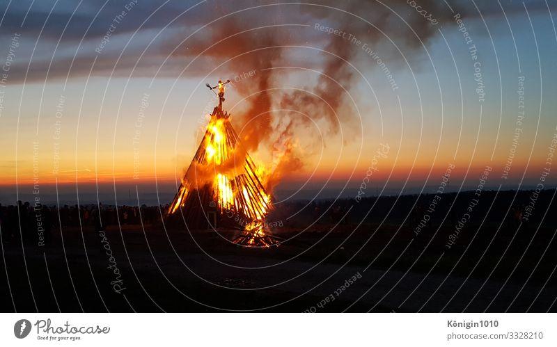 Hexenfeuer Landschaft Feuer Himmel Nachthimmel Horizont Holz leuchten Rauchen Wärme blau gelb gold rot Gefühle Lebensfreude Stimmung Sommersonnenwende orange