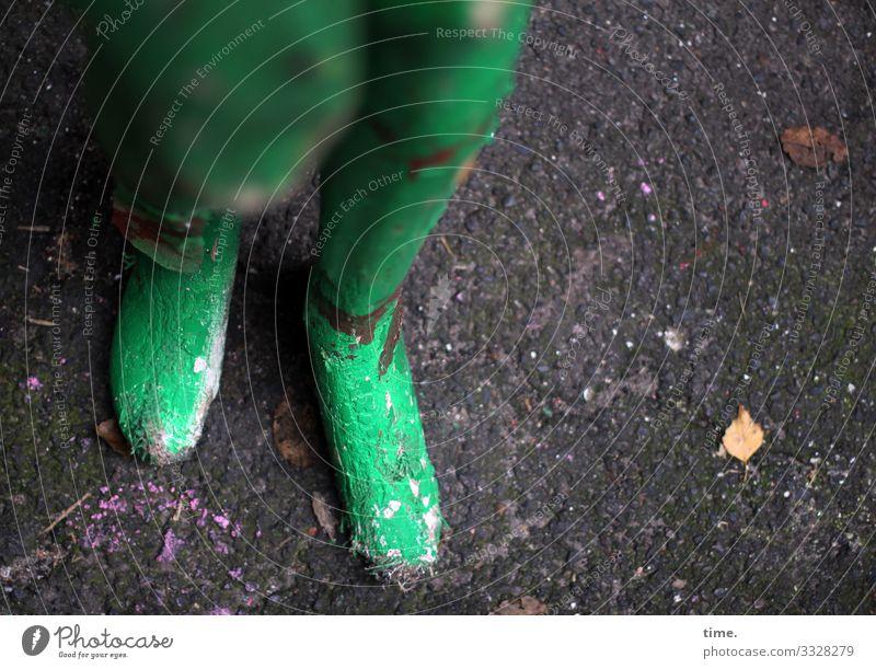Standbein und Spielbein gips grün fußboden kaputt beine füße schaufensterpuppe standbein spielbein blatt farbe unschärfe figur kunstwerk trashig vernachlässigt