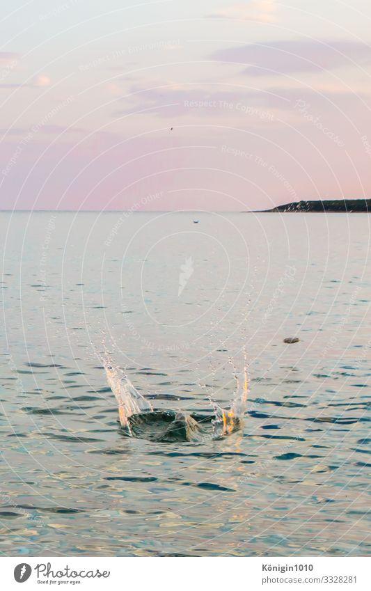 Steinehüpfen Wasser Wassertropfen Himmel Horizont Sommer Schönes Wetter Meer Insel nass blau violett türkis Lebensfreude Romantik Freude spritzen