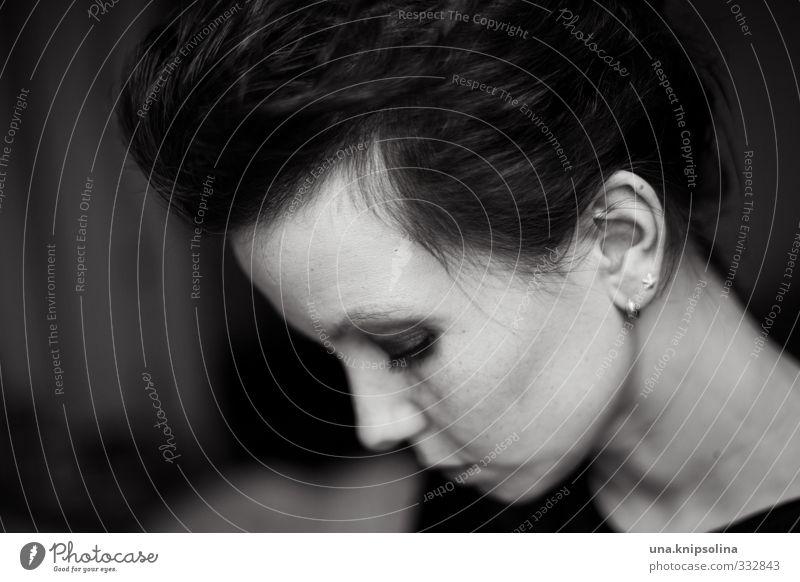 welt.fremd Schminke Frau Erwachsene 1 Mensch 18-30 Jahre Jugendliche Haare & Frisuren Denken träumen Traurigkeit dunkel einzigartig rebellisch Gefühle Stimmung