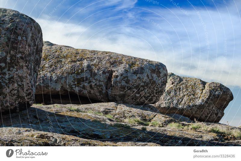 große Steine vor blauem Himmel und weißen Wolken Ferien & Urlaub & Reisen Sommer Berge u. Gebirge Natur Felsen grau Blauer Himmel übersichtlich Berglandschaft