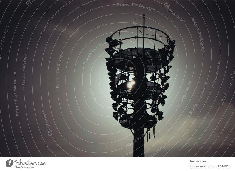 Flutlichtmast auf der Rad Rennbahn , mit Gegenlicht Aufnahme. ruhig Fahrradfahren Sportstätten Laternenpfahl Architektur Umwelt Sonnenaufgang Sonnenuntergang