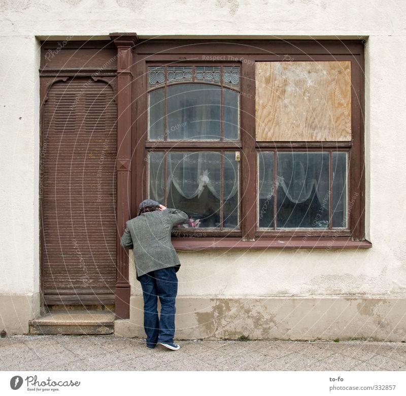 o.T. Mensch Mann Stadt alt Haus dunkel Fenster Erwachsene Fassade maskulin Tür geheimnisvoll entdecken Stadtzentrum Handel Ladengeschäft