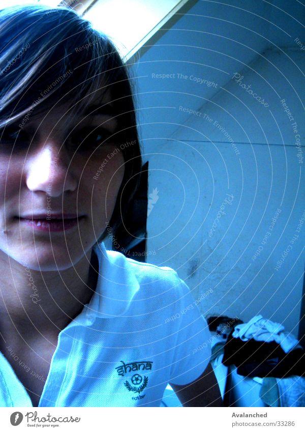 maFille_2 Frau blau Fenster Bad Schüchternheit