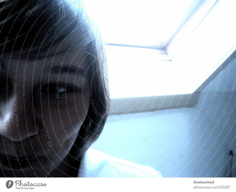 maFille_1 Frau blau Fenster Bad Schüchternheit