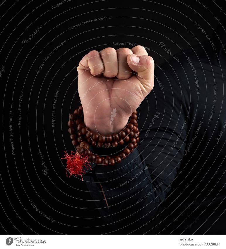 Hand eines erwachsenen Mannes zeigt Mushti Mudra Lifestyle Körper harmonisch Erholung Meditation Yoga Mensch Erwachsene Arme Finger braun schwarz Kraft