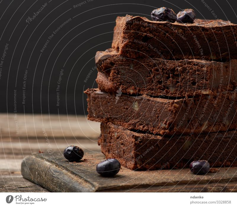 Brownie-Schokoladenkuchen mit Walnüssen Kuchen Dessert Süßwaren Ernährung Essen Kakao Tisch Holz dunkel frisch lecker braun schwarz Tradition Pasteten