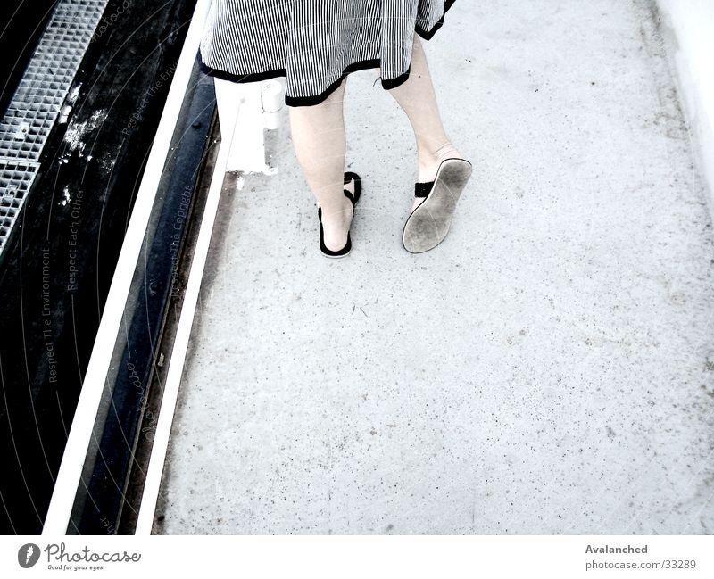 mygirlfriendsFeet1 Am Rand Frau Fuß sandals Beine weißer Fußboden kleines Mädchen timidly