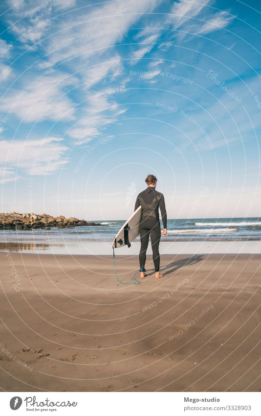 Surfer, der mit seinem Surfbrett ins Wasser geht. Lifestyle Freude Erholung Abenteuer Strand Meer Wellen Sport Mensch maskulin Mann Erwachsene 1 18-30 Jahre