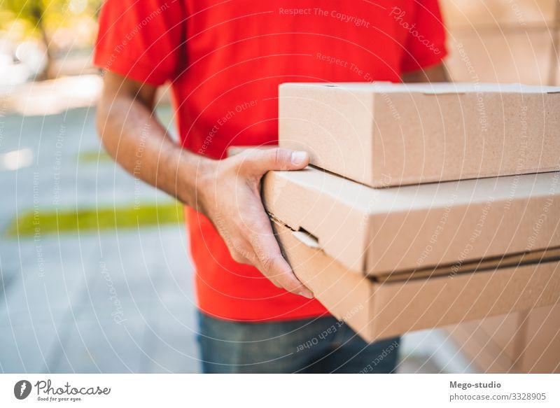 Zusteller, der Pakete bei der Hauszustellung trägt. Arbeit & Erwerbstätigkeit Beruf Handwerker Büro Industrie Business Mensch Mann Erwachsene 1 30-45 Jahre