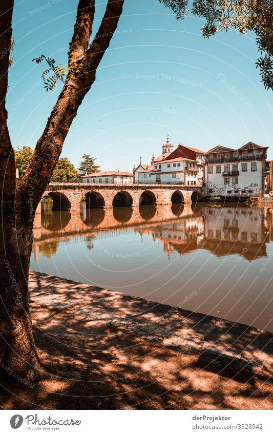 Altstadt in Portugal Blick Zentralperspektive Starke Tiefenschärfe Sonnenstrahlen Reflexion & Spiegelung Silhouette Kontrast Schatten Licht Textfreiraum unten