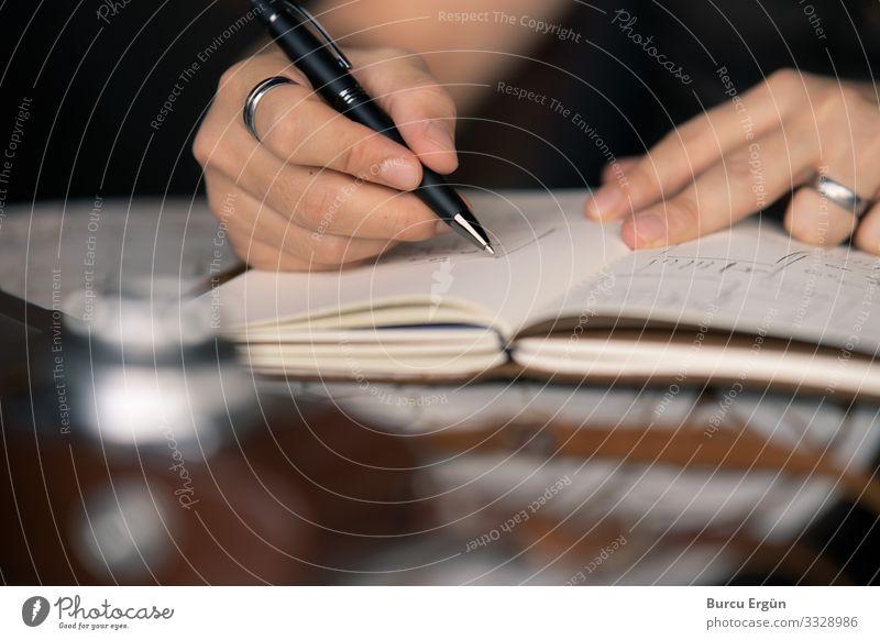 Kreative Arbeitsplanung Design Tisch Arbeit & Erwerbstätigkeit Büro Medienbranche Werbebranche Mensch maskulin Mann Erwachsene Vater Hand 1 30-45 Jahre Kunst