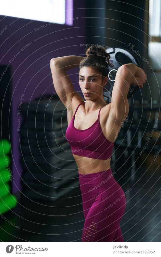Athletische Frau, die Trizeps-Liegestütze mit einer Hantelplatte macht Teller Lifestyle Körperpflege Wellness Club Disco Sport Mensch feminin Junge Frau