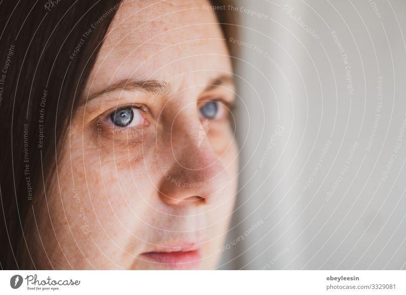 Frau, die traurig, deprimiert und gestresst in den Raum starrt Krankheit Erwachsene Traurigkeit Gefühle Sorge Trauer Müdigkeit Einsamkeit Stress Problematik