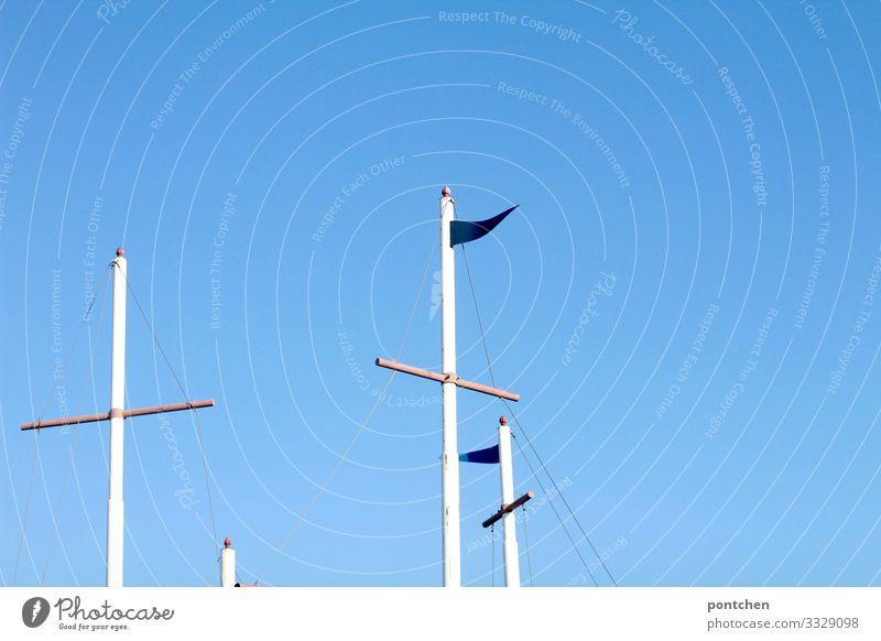 Fahnenmäste vor strahlend blauem Himmel Schönes Wetter weiß Fahnenmast Mast Wind Holz Kreuz Wolkenloser Himmel Sommer Wärme Freiheit Farbfoto mehrfarbig