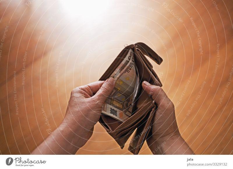 money kaufen Reichtum Geld sparen feminin Hand Portemonnaie gebrauchen bezahlen Blick tragen Verantwortung geizig verschwenden Farbfoto Innenaufnahme