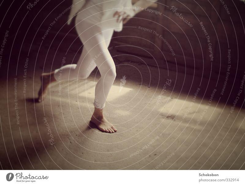 weg elegant Körperpflege sportlich Raum Keller Dachboden Hand Beine Mode T-Shirt Hose Strumpfhose Stoff Fell Stein Beton Holz rennen Bewegung Fitness Jagd