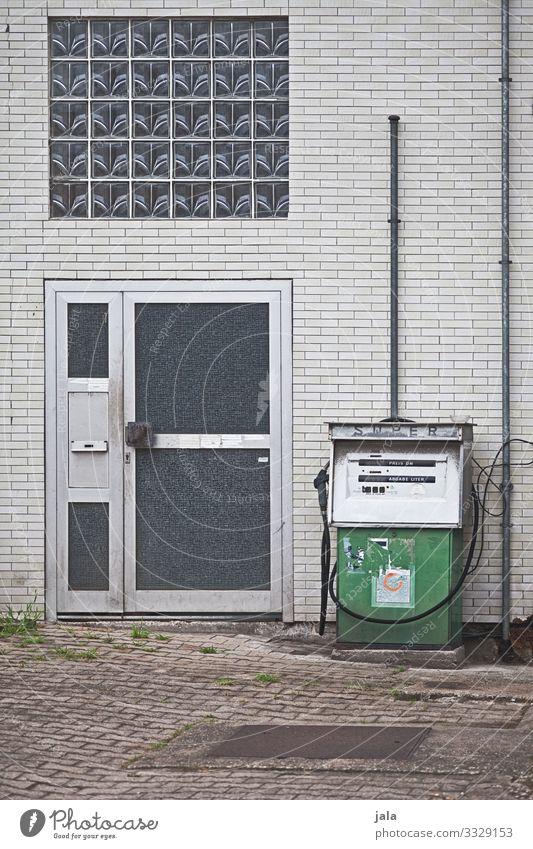 super Stadt Industrieanlage Fabrik Bauwerk Gebäude Mauer Wand Fassade Fenster Tür trist Zapfsäule Tankstelle Farbfoto Außenaufnahme Menschenleer Tag