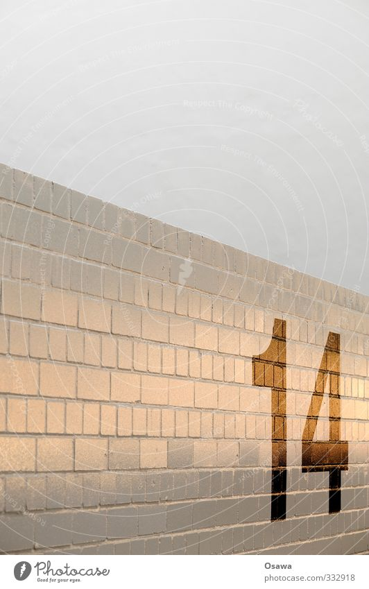 14 Stadt weiß schwarz Wand Straße Mauer grau Stein orange Ziffern & Zahlen Zeichen lackiert Hausnummer