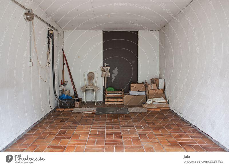 garage Häusliches Leben Stuhl Gebäude Mauer Wand Tür Raum Garage Kasten Ordnung aufbewahren Einblick Farbfoto Innenaufnahme Menschenleer Tag