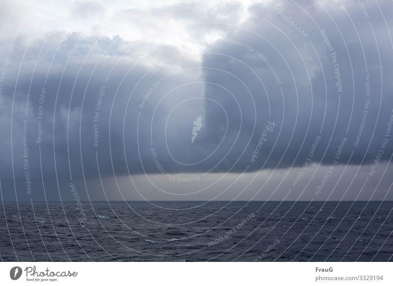Wetter zieht auf   Klimawandel Meer Horizont Wolkenformation Wetterfront Ferne Natur Menschenleer Himmel Regenwolken Ostsee Überfahrt schlechtes Wetter