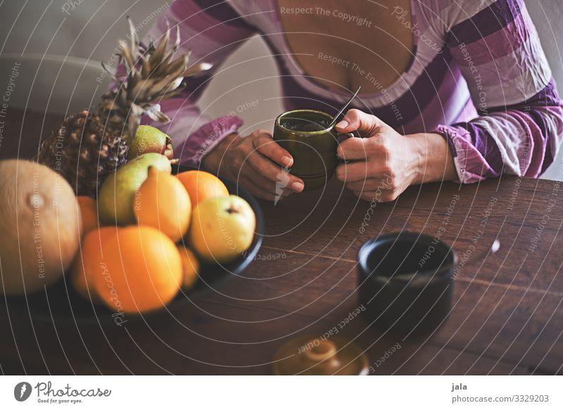 kaffee Lebensmittel Frucht Ernährung Frühstück Getränk trinken Kaffee Tasse Löffel Häusliches Leben Wohnung Tisch Mensch feminin Frau Erwachsene Körper Brust