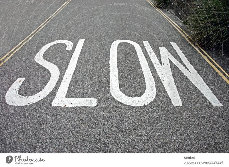 slow England Verkehr Verkehrswege Straße Asphalt gelb grau weiß langsam 30er Zone Gedeckte Farben Außenaufnahme Menschenleer Textfreiraum oben