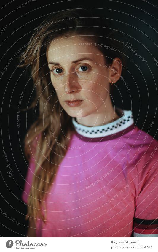 ernst aussehende Frau 20s 30s Erwachsener schöne Frau schwarzer Hintergrund blond braune Haare Freizeitkleidung Kaukasier betroffen Selbstvertrauen Vielfalt