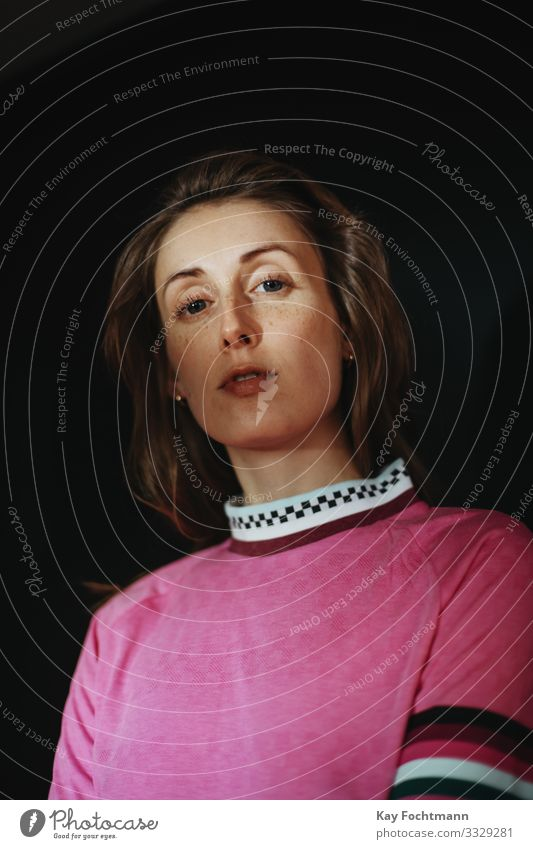 Junge Frau mit pinkfarbenem Shirt schaut herab Lifestyle Stil schön Haare & Frisuren Gesicht Student feminin Jugendliche Erwachsene Leben 1 Mensch 18-30 Jahre