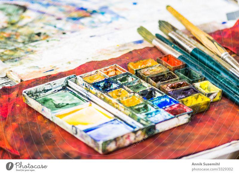 Bunte Farbpalette eines Straßenmalers Design malen Künstler Maler Kunst Gemälde Menschenleer Pinsel zeichnen schön blau mehrfarbig gelb grau grün orange rot