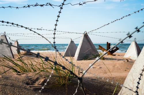 Stacheldraht am Strand in Meeresnähe auf der Krim Ferien & Urlaub & Reisen Natur Landschaft Sand Himmel Wolken Küste Beton blau weiß Geborgenheit Krieg Krise