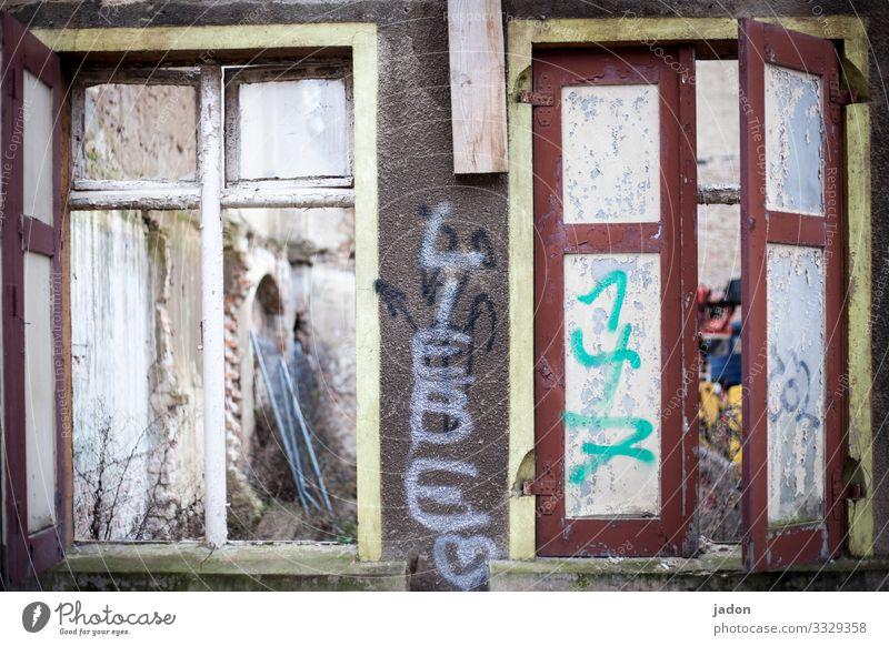 geschriebenes | ist es liebe? Stadt Haus Fenster Graffiti Wand Liebe Gebäude Mauer Fassade Schriftzeichen kaputt Baustelle Information Hoffnung Bauwerk Ruine