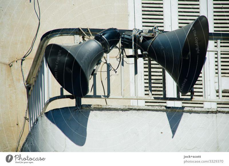 Flüstertüte Einfamilienhaus Balkon Fensterladen Megaphon Geländer authentisch oben retro Stimmung Design Sicherheit planen Sprachrohr Trichter wirkungsvoll