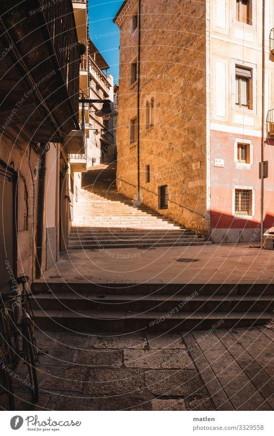 Stadtspaziergang Altstadt Menschenleer Haus Gebäude Architektur Mauer Wand Treppe Fassade Balkon Verkehr Straße Straßenkreuzung Fahrrad alt blau braun Niveau