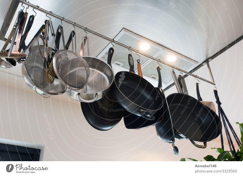 Edelstahl-Kochgeschirr , Küchengeschirr-Set Topf Pfanne Löffel Stil Design Tisch Restaurant Menschengruppe Herd & Backofen Holz Metall Stahl alt glänzend hängen