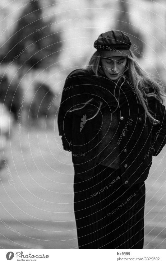junge Frau geht die Straße hinunter Lifestyle Reichtum elegant Stil feminin 1 Mensch 18-30 Jahre Jugendliche Erwachsene Mode Jacke Mantel Mütze blond langhaarig