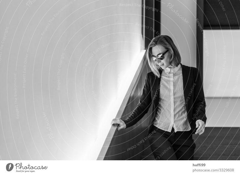 junge Frau mit Sonnenbrille im Treppenhaus Lifestyle elegant Stil Freude Glück Körper Haare & Frisuren Haus Traumhaus Nachtleben Veranstaltung Club Disco Lounge