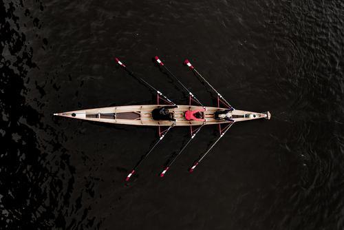 Perspektive von oben auf einen Doppeldreier 3x Ruderboot mit drei Ruderinnen elegant Freude Rudern Wassersport Mensch feminin 18-30 Jahre Jugendliche Erwachsene