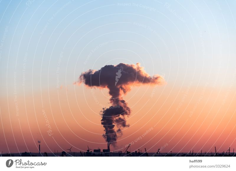 Kohlekraftwerk im Sonnenuntergang mit sehr großer Abgaswolke Energiewirtschaft Industrie Wolkenloser Himmel Sonnenaufgang Klimawandel Schönes Wetter