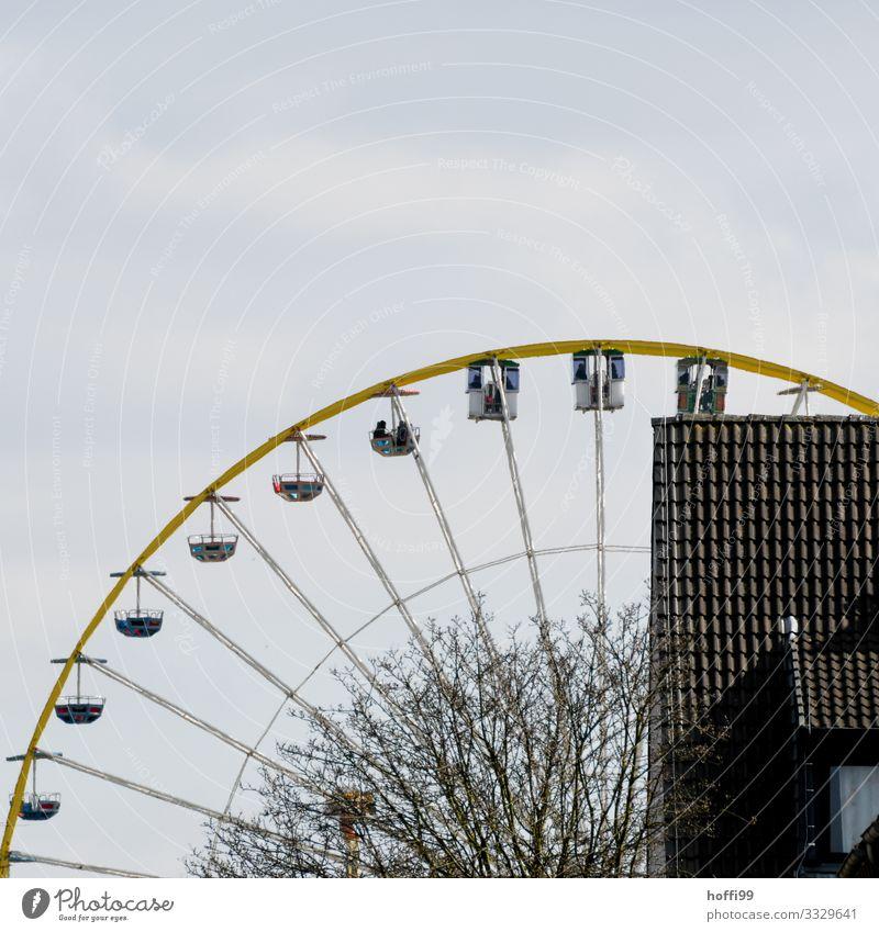 im Riesenrad Oktoberfest Jahrmarkt Mensch 2 Wolken Baum Haus Dach Bewegung drehen fahren fliegen schaukeln ästhetisch gigantisch lustig positiv Fröhlichkeit