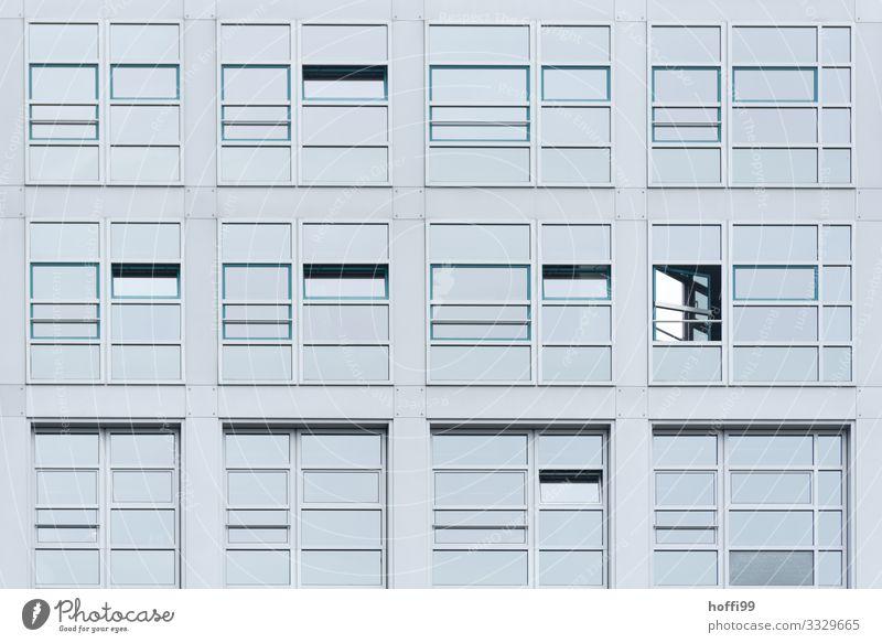 Fensterfassade Haus Hochhaus Bankgebäude Architektur Mauer Wand Fassade ästhetisch eckig glänzend kalt modern Stadt Design Fortschritt Ordnung Überwachung