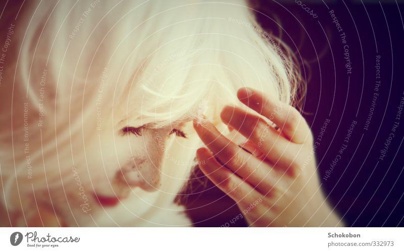 thought schön weiß Hand Gesicht feminin Traurigkeit Haare & Frisuren Denken träumen Kunst außergewöhnlich Haut Nase ästhetisch Finger streichen